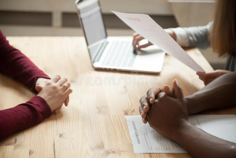 Multiethnisches Stunden-Team, das Job-Bewerber-Zusammenfassung bespricht stockfoto