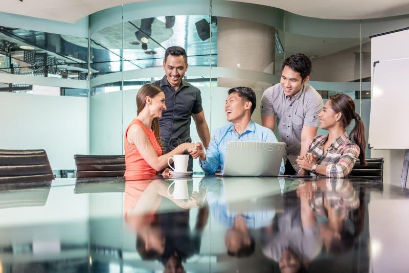 Multiethnisches Team, das zusammen an einem innovativen Geschäftsprojekt arbeitet lizenzfreies stockbild