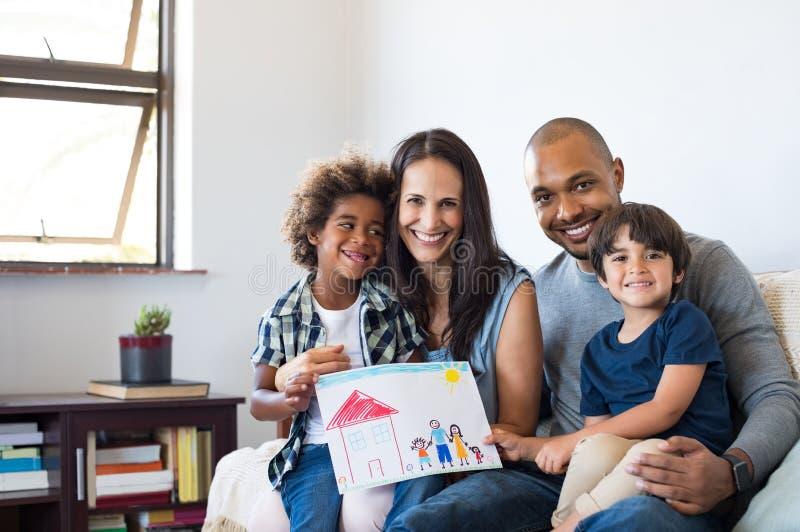 Multietnisk familj på soffan royaltyfria bilder
