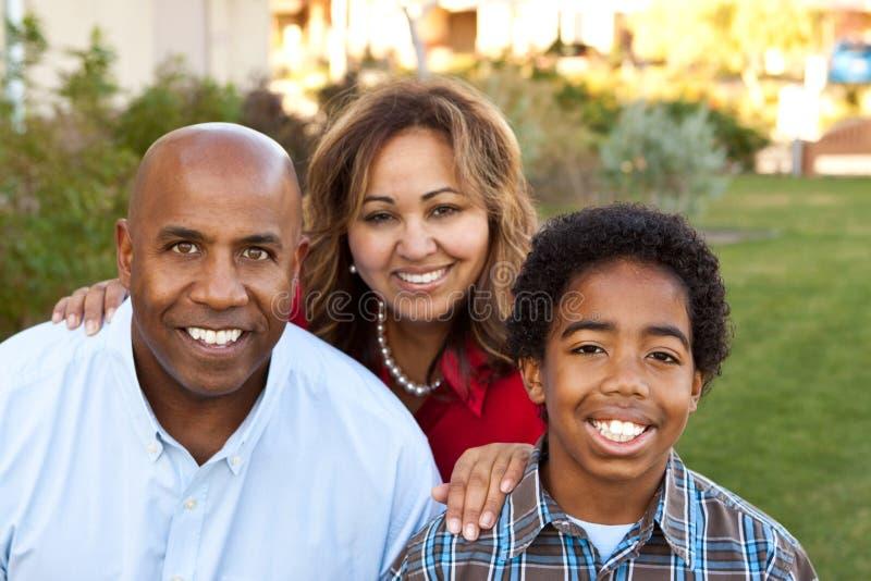 Multietnisk familj som ler och skrattar fotografering för bildbyråer