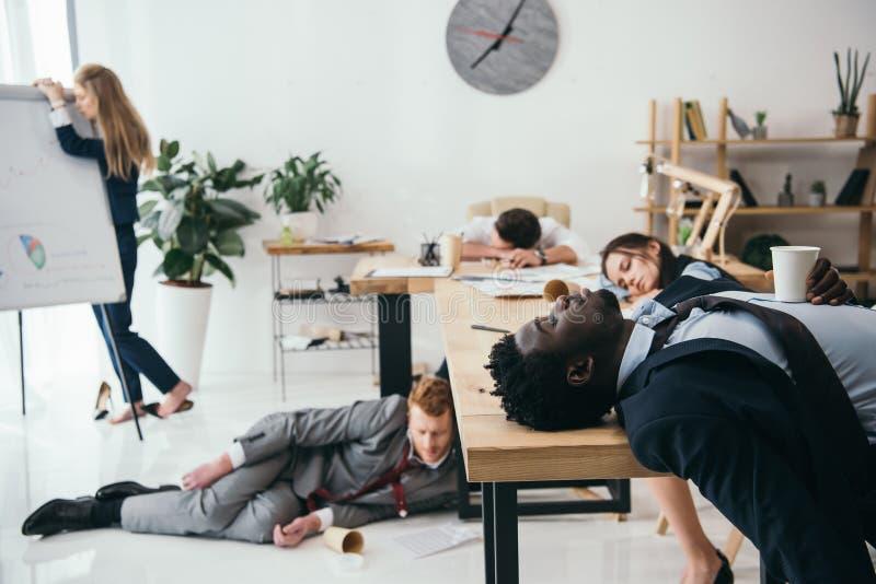 multietnisk grupp av utmattat sova för businesspeople royaltyfria foton