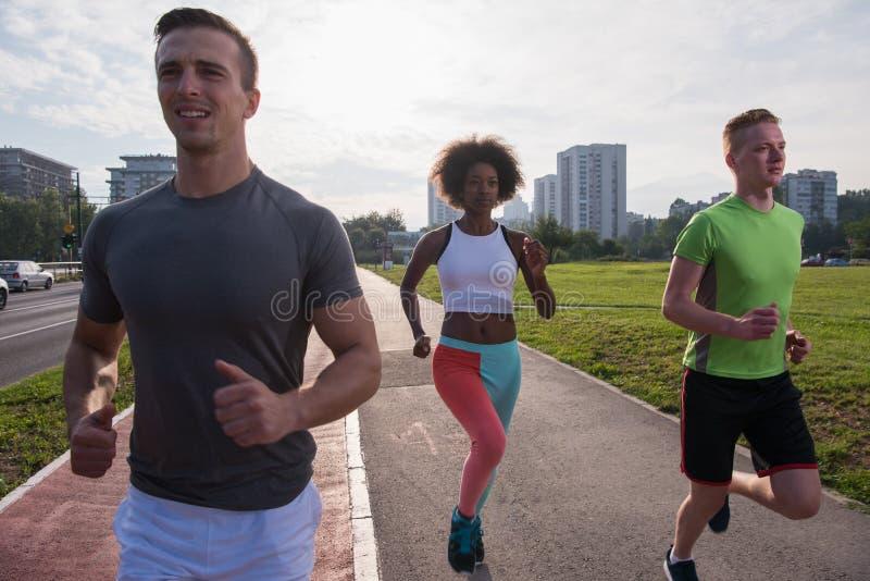 Multietnisk grupp människor på jogga arkivbild