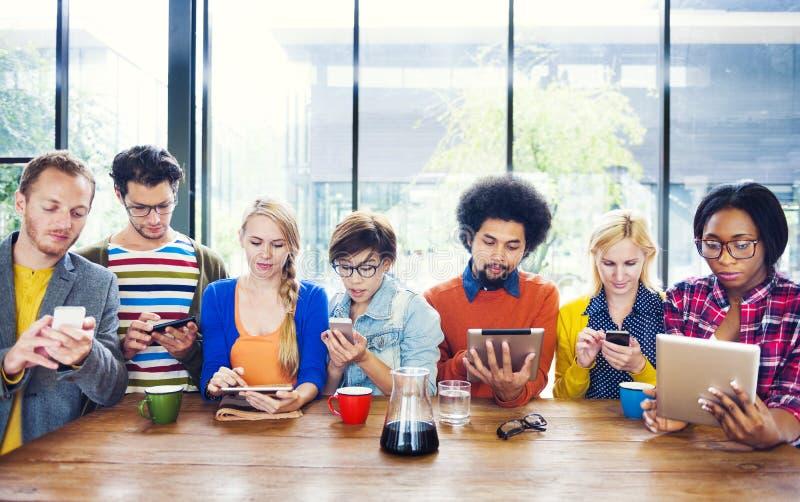 Multietnisk grupp människorSocail nätverkande på kafét fotografering för bildbyråer