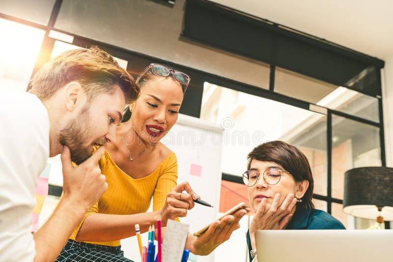 Multietnisk olik grupp av idérikt lag, tillfälligt affärsfolk eller högskolestudenter i strategisk möte- eller projektkläckning a royaltyfria foton