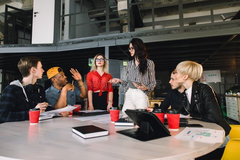Multietnisk olik grupp av lyckliga kollegor som tillsammans arbetar Idérikt lag, tillfällig affärscoworker eller högskola royaltyfri fotografi