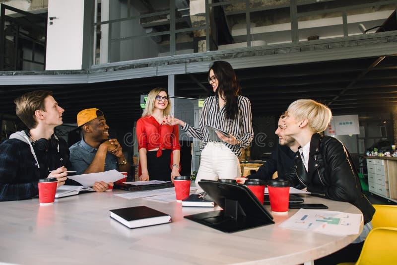 Multietnisk olik grupp av lyckliga kollegor som tillsammans arbetar Idérikt lag, tillfällig affärscoworker eller högskola arkivbilder