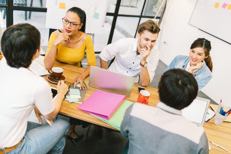Multietnisk olik grupp människor på arbete Idérikt lag, tillfällig affärscoworker eller högskolestudenter i projektmöte royaltyfri bild