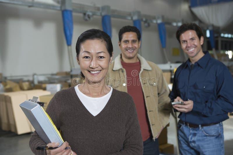 Multietniska arbetare i fördelningslager royaltyfri bild