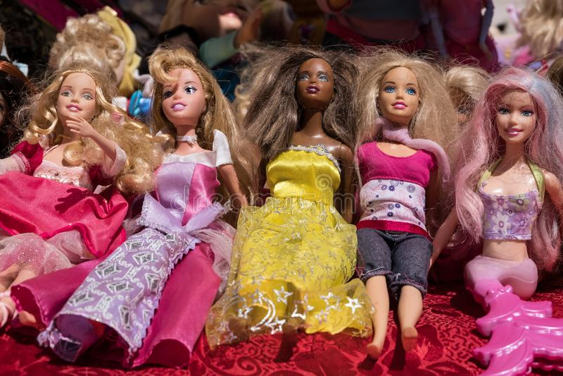 Multietniska barbie leksakdockor arkivfoto
