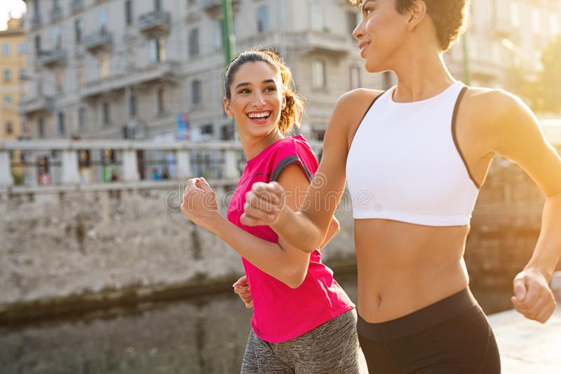 Multietniska kvinnor som joggar på gatan fotografering för bildbyråer