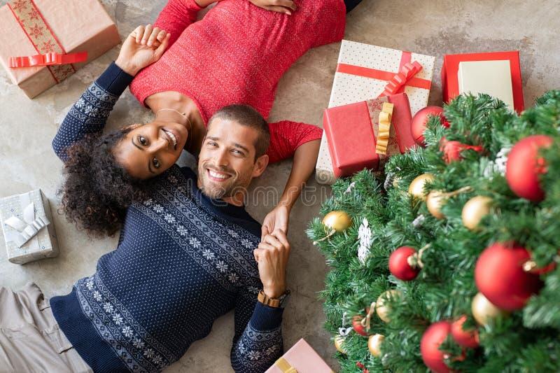 Multietniska par med julgåvor royaltyfri foto