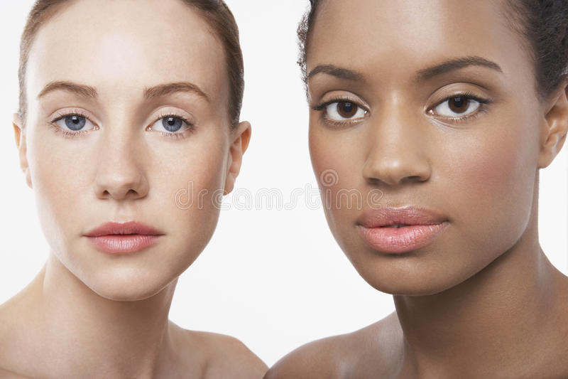 Multietniska unga kvinnor arkivbilder