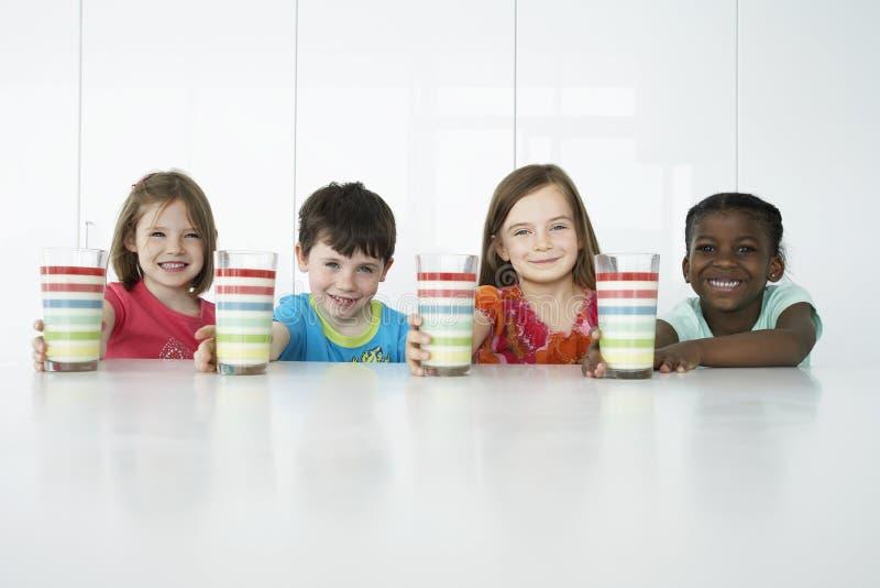 Multietniska ungar med färgrika exponeringsglas arkivbilder