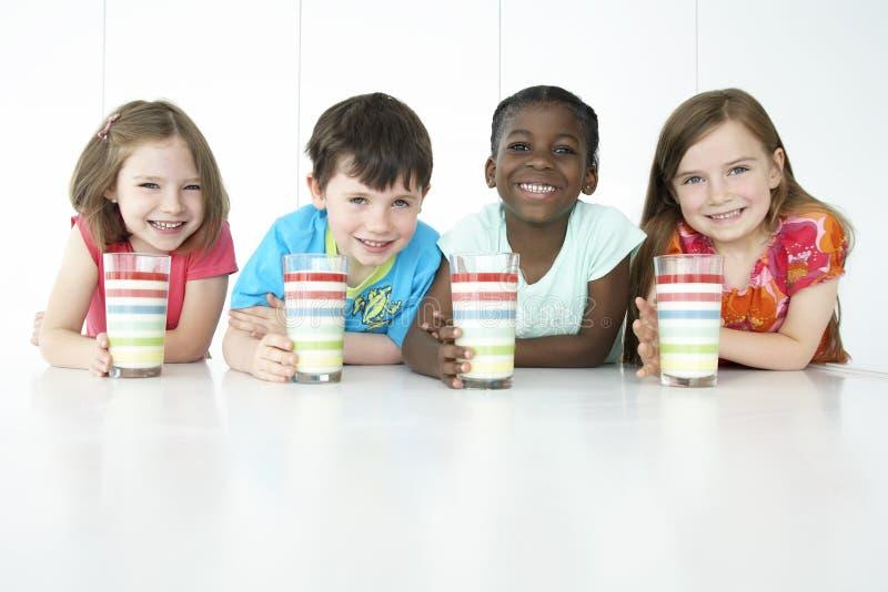 Multietniska ungar med färgrika exponeringsglas royaltyfri bild