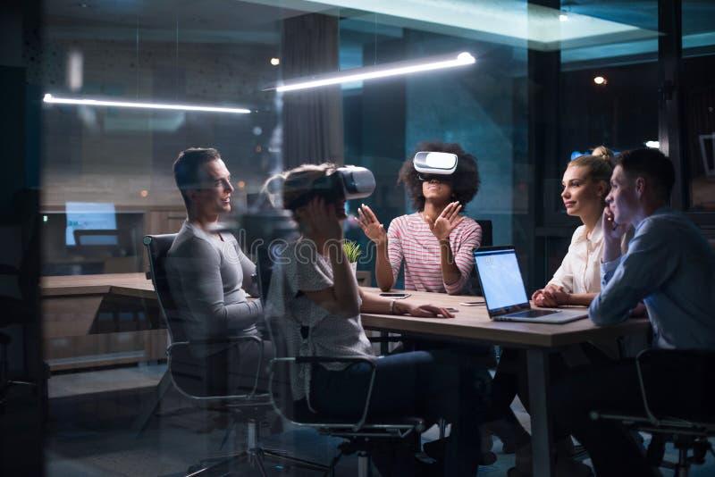 Multietniskt affärslag som använder virtuell verklighethörlurar med mikrofon arkivfoton