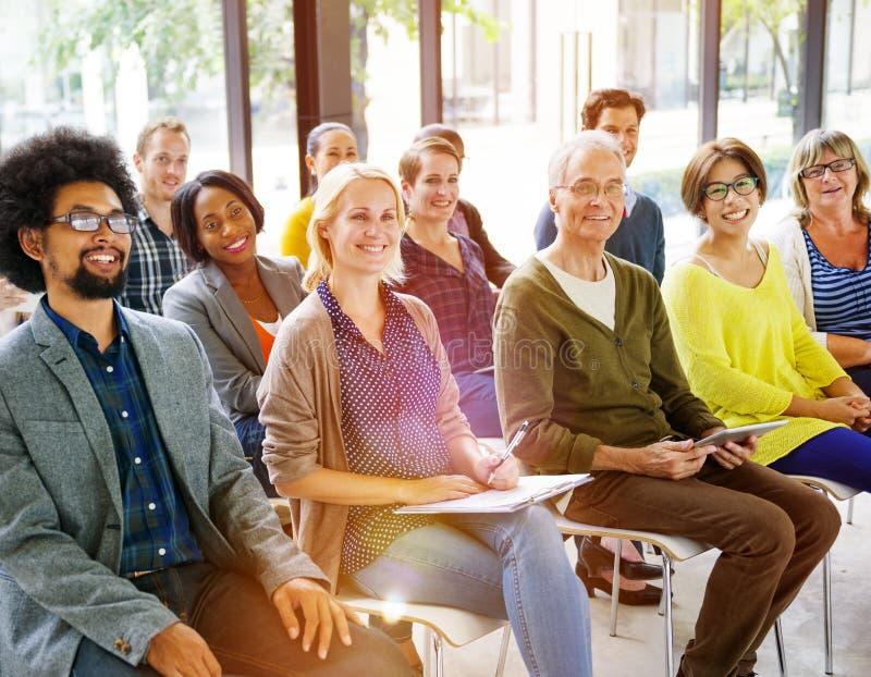 Multietniskt begrepp för styrelse för gruppseminariumutbildning arkivbild