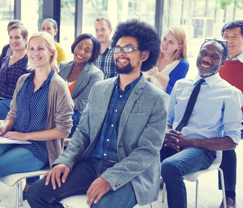 Multietniskt begrepp för styrelse för gruppseminariumutbildning royaltyfria bilder