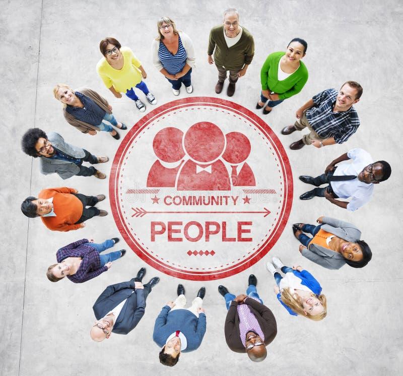 Multietniskt folk som bildar cirkel- och gemenskapbegrepp fotografering för bildbyråer