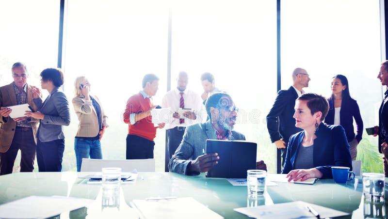 Multietniskt grupp människormöte i kontoret arkivfoto