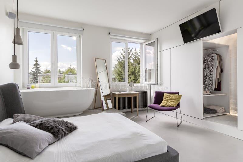 Multifunctional modernt sovrum med badrummet royaltyfria foton