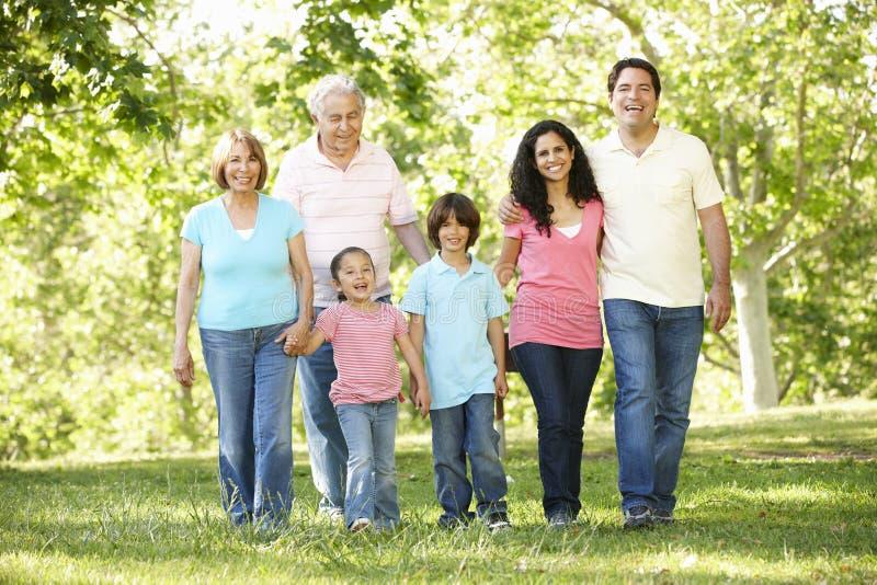 Multigeneratie Spaanse Familie die in Park lopen royalty-vrije stock afbeelding