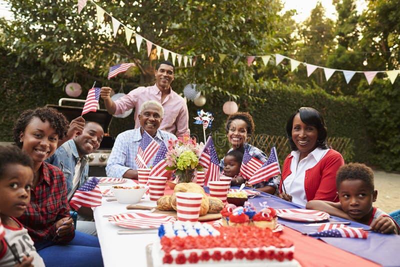 Multigeneratie zwarte familie die een 4 Juli-tuinpartij hebben stock afbeeldingen