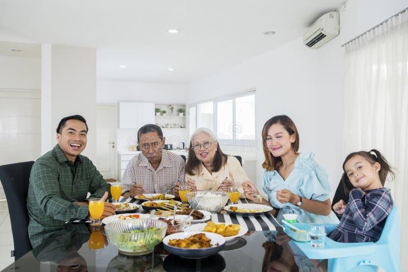 Multigeneratiefamilie die een lunch hebben samen stock foto's