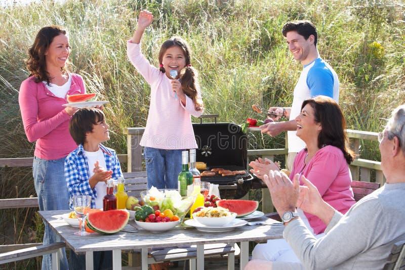 Multigeneratiefamilie die Openluchtbarbecue hebben stock foto