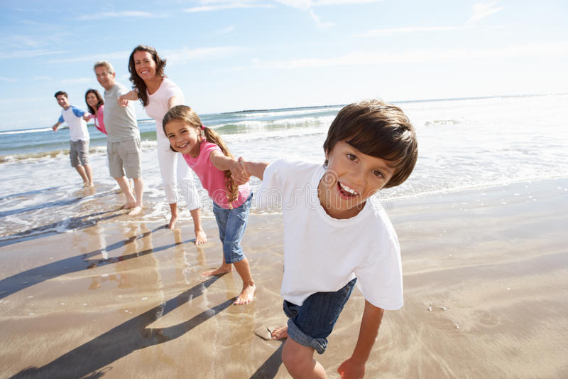 Multigeneratiefamilie die Pret op Strandvakantie hebben stock afbeelding