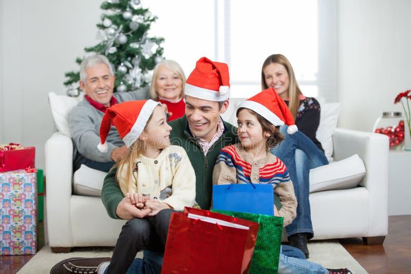 Multigeneration rodzina Z Bożenarodzeniowymi teraźniejszość obraz stock
