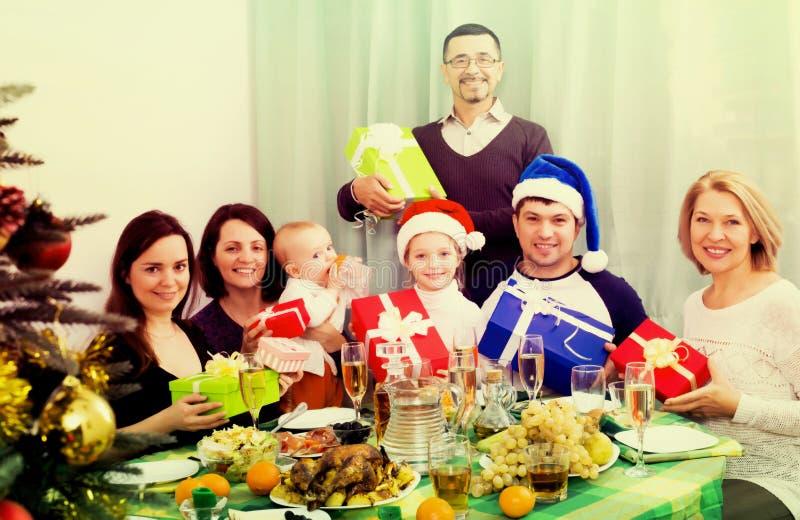 Multigenerational familj som firar jul fotografering för bildbyråer