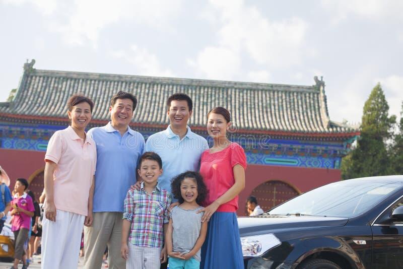 Multigenerational lächelnde Familie, Porträt, draußen in Peking stockfotografie