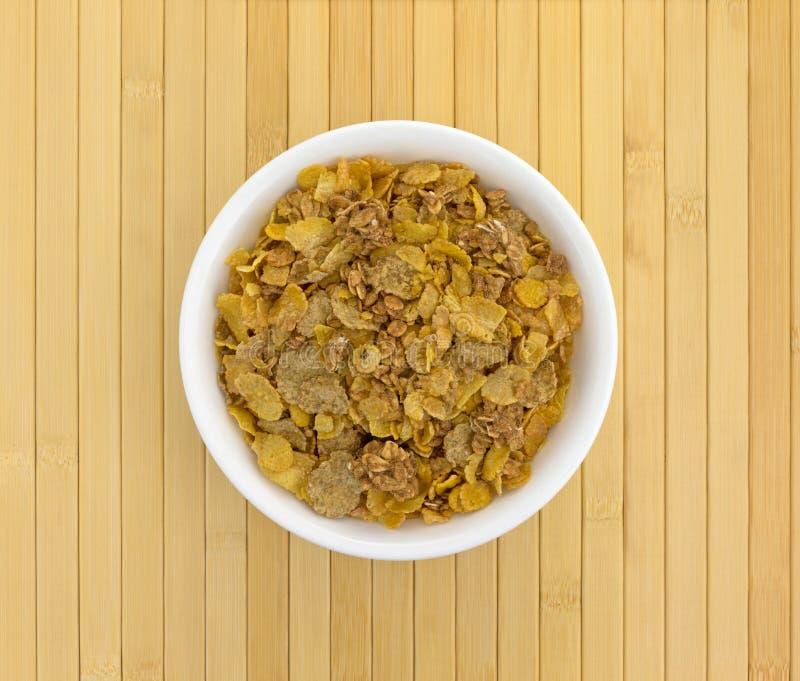 Multigrain śniadaniowy zboże w białym pucharze zdjęcie stock