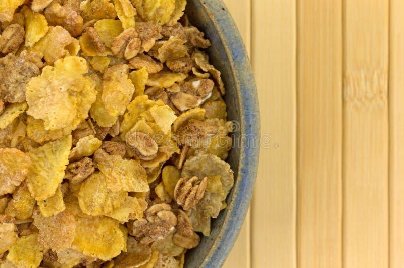 Multigrain śniadaniowy zboże w starym pucharze zdjęcie royalty free
