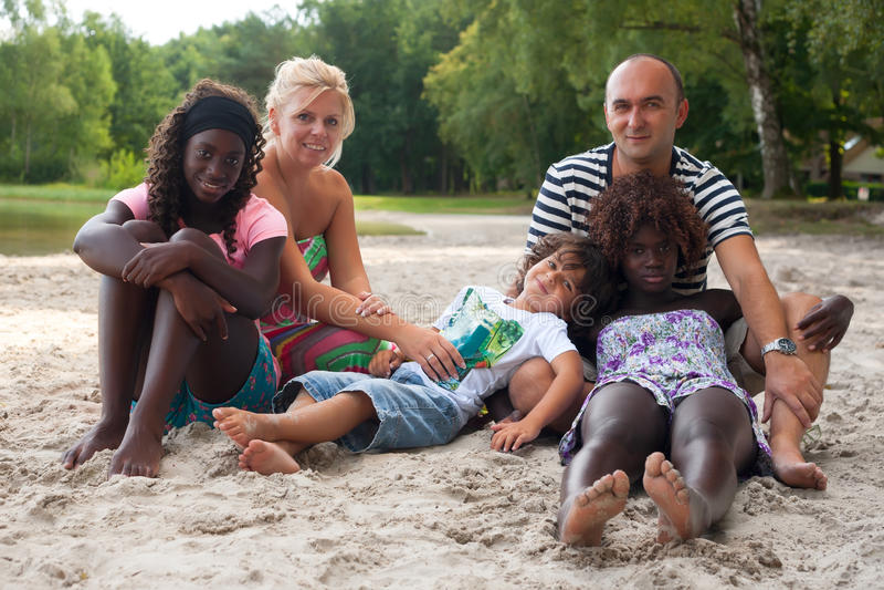 Multikulturelle Familie auf dem Strand stockfotos