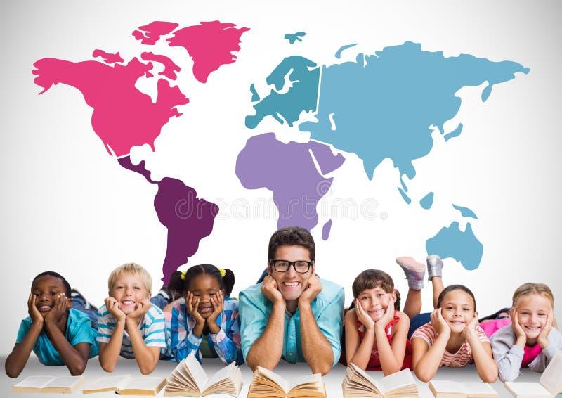 Multikulturelle Kinder, die vor bunter Weltkarte mit Lehrer lesen lizenzfreies stockbild