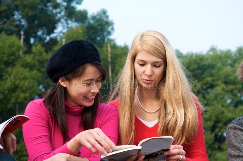 Multikulturelle Mädchen, die in der Hochschule studieren stockfotos