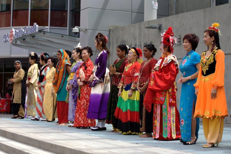 Multikulturelle Modeschau stockbilder