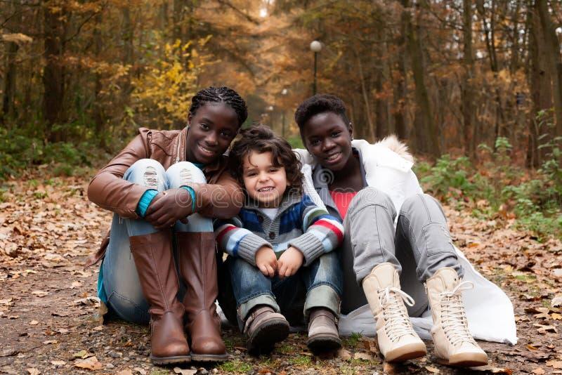 Multikulturelle Schwestern lizenzfreie stockfotografie