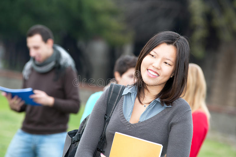 Multikulturelle Studenten am Park lizenzfreie stockfotos