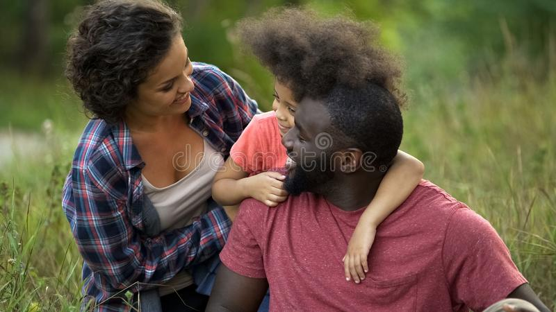 Multikulturelles Familienausgabenwochenende zusammen in der Landschaft, glückliche Zeit stockbild