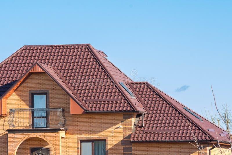 Multilevel dach z strychowymi skylights, śniegów strażnikami i podeszczową rynną, zdjęcia stock