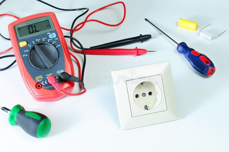 Multimètre de Digital ou multitester ou mètre de Volt-ohm, un instrument de mesure électronique qui combine plusieurs la fonction photographie stock libre de droits