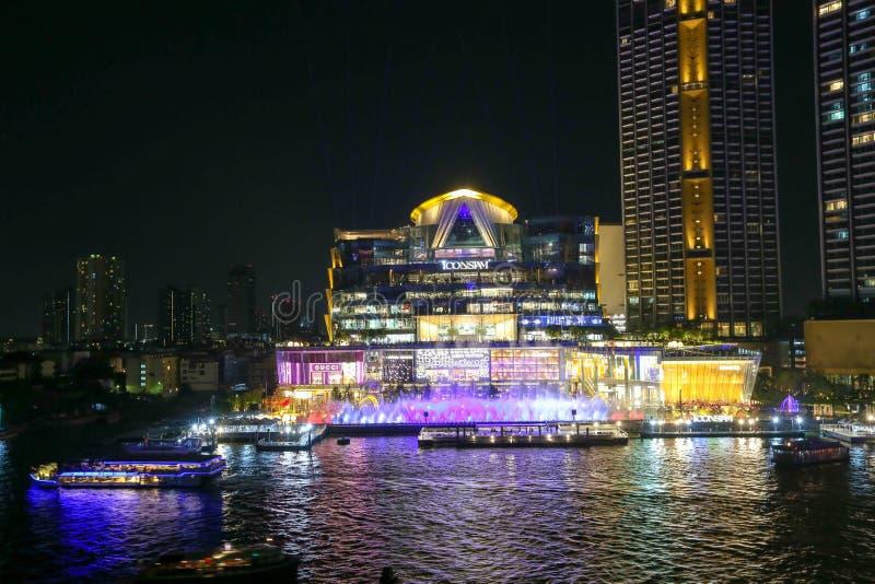 Multimedia beleuchten die Show, die mit Brunnen Ikone Siam, Ikone Siam Along Chao Phraya River kombiniert wird stockfotografie