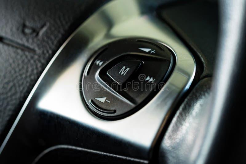 Multimedii kontrola zapina na kierownicie w nowożytnym samochodzie zdjęcia royalty free