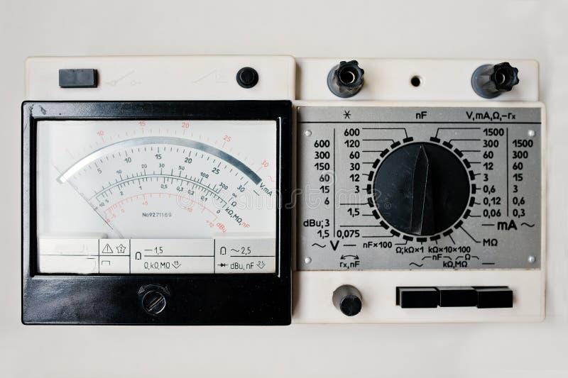 Multimeter för tester för gammal amperemeter för tappning sovjetisk digital elektrisk royaltyfria foton