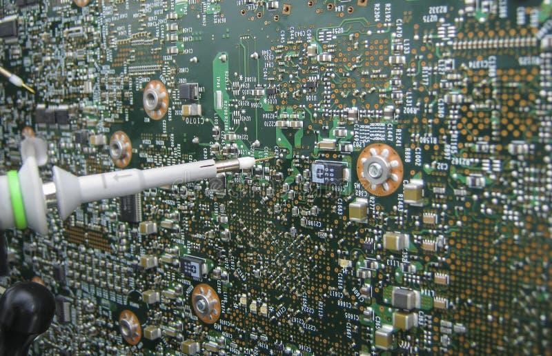 Multimeter sondy egzamininuje obwód deskę obraz stock