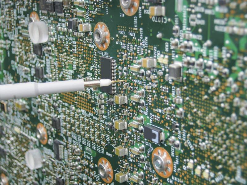 Multimeter sondy egzamininuje obwód deskę obrazy stock