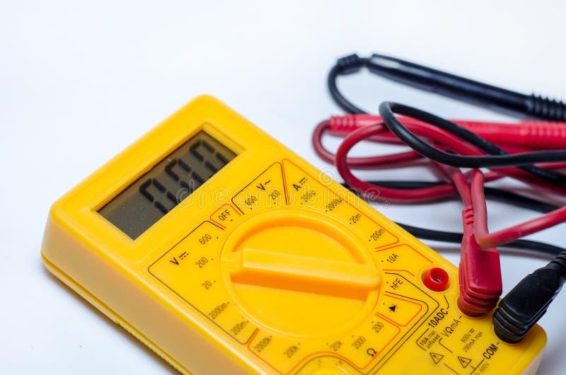 Multimetro di Digital con l'amp di volt di ohm ed il metro del tester di tensione fotografia stock libera da diritti