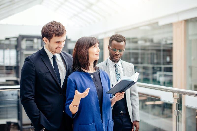 Multinationale onderneming, commercieel team die bespreking over nota in bureau hebben stock foto